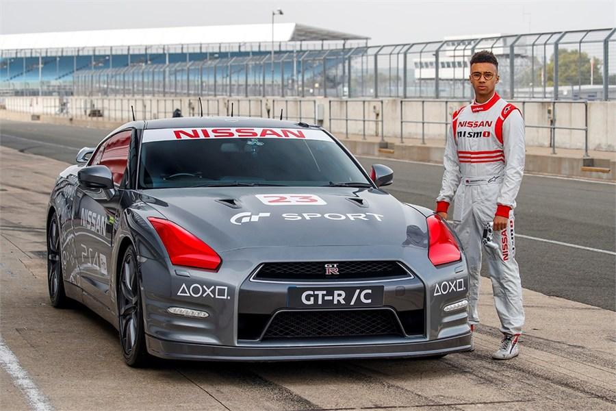 Her kjører han verdens første PlayStation®-styrte Nissan GT-R i 210 km/t på Silverstone-banen